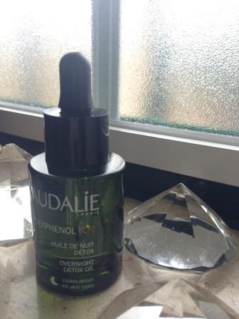O Huile de Nuit Détox Polyphenol C15, da Caudalie Para quem: é indicado para peles muito cansadas e submetidas aos efeitos do stresse, da poluição, dos UV e de outras fontes de radicais livres oxidantes.  Como usar: Use-o para a NOITE, sob a forma de cura, e/ou quando sentir que a sua pele precisa de mais luminosidade. (PVP30€)