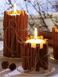 Está cansada dos tradicionais porta-velas? Experimente envolver a sua vela com paus de canela. Por fim, ate-os com um fio. A sua vela com cheiro a canela está pronta a ser usada.