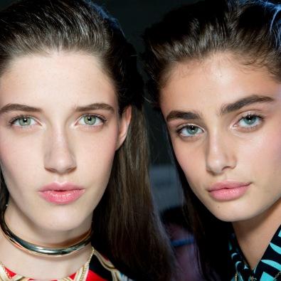 Cara lavada? Parece, mas não é. Sobrancelhas em evidência na maquilhagem Versace.