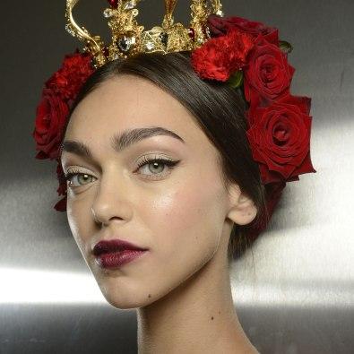 Pele fresca, eyeliner e boca vermelha. A sugestão é de Dolce & Gabbana