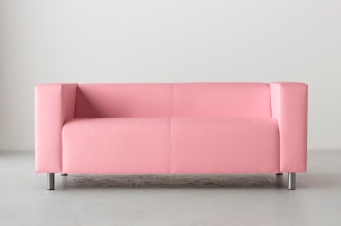 Sofá IKEA. O rosa fica bem em qualquer ambiente e permite boas conjugações.