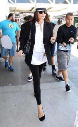 Blazer não é só para ocasiões formais. Use com camisa por fora das calças como Catherine Zeta Jones.