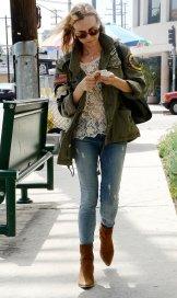 Botas camel, jeans e camisa militar. Diane Kruger.