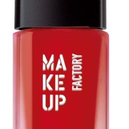 O verniz vermelho intenso, da Make Up Factory, impressiona com o seu brilho (PVP aproximado 10.56€) na Perfumes &Companhia.