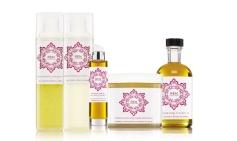 Todos os produtos da linha, Rosa Marroquina, da REN possuem propriedades tranquilizantes e reconfortantes.Gel de banho: 20 €; creme corporal: 31 €; óleo de corpo: 40 €: óleo essencial: 36€