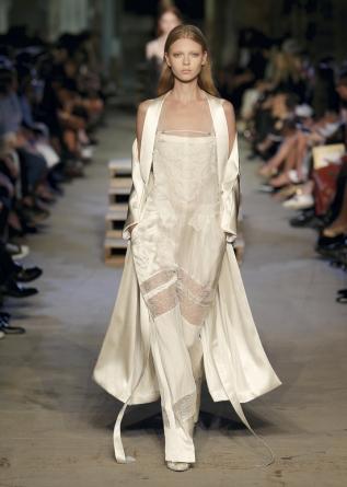Cetim, rendas e transparências em tecidos leves e soltos. Use durante o dia. Imagem: www.givenchy.com