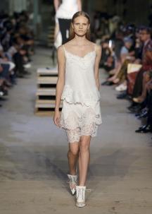 Encaixes de renda no vestido, tipo camisa de noite, de Givenchy.