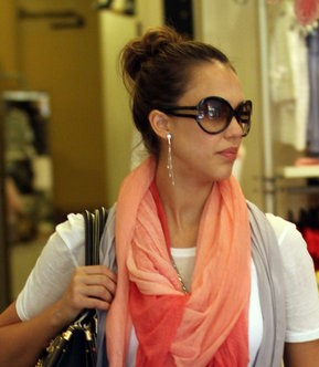 Jessica Alba com óculos Yves Saint Laurent