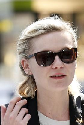 Kirsten Dunst com óculos de linhas rectas. O melhor formato para rostos redondos.