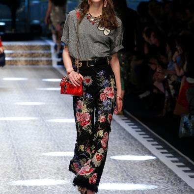 Flores em calças com boca de sino e cintura subida www.dolceandgabbana,com