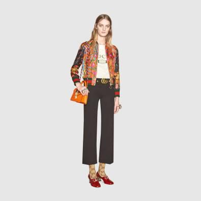 Jaqueta de seda é uma das peças estrela da estação. Procure ter uma. Use-a com jeans, mesmo para um evento semi-formal, mas com os acessórios correctos. www.gucci.com