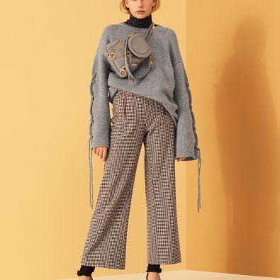 Curtas e estampadas pelo tornozelo com camisola de gola alta e outra de malha com manga a tapar mãos. www.SeeByChloe.com