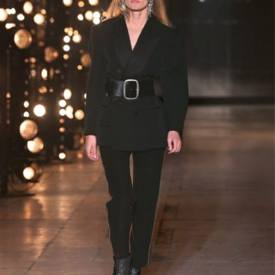 Fato calça e casaco exige, este inverno, um cinto largo a marcar cintura. So para quem pode, www.Isabelmarant.com