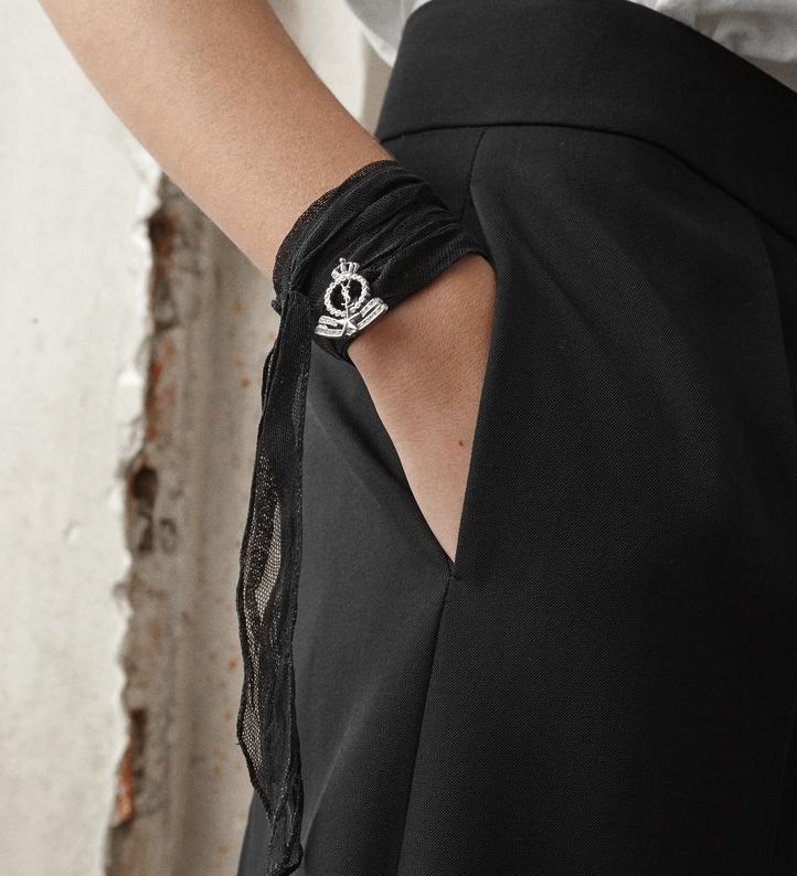 Gargantilha transformada em pulseira. www.ysl.com