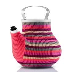 Bule de porcelana para chá com capa de malha, Eva-Solo. PVP: 89,95 eur. loja inexistencia.pt